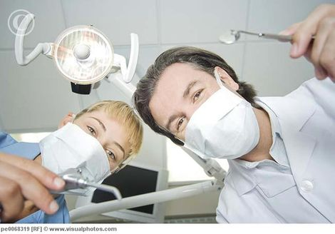 http://www.uralstudent.ru/images/stories/dentist_and_assistant_leaning_down_to_work_on_pe0068319.jpg